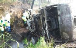 Homem morre e carreta pega fogo durante colisão frontal com Uno; veja fotos