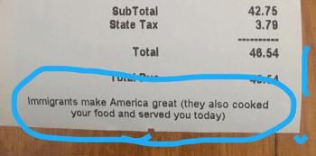 'Imigrantes fazem a América grande de novo. Eles também cozinharam sua comida e a serviram hoje', diz o texto