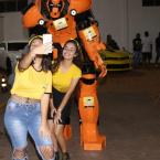 Robô gigante aterrissa em Denise e faz a festa pra garotada