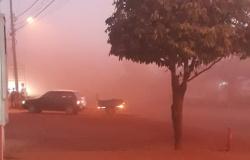 DESCASO-  Moradores de Denise sofrem com a forte poeira que invade casas e comércios