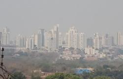 Fumaça encobre Cuiabá e cidade 'desaparece>; aeroporto opera por instrumentos