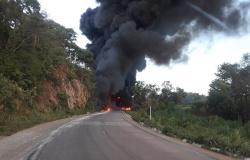 Caminhão-tanque com combustível explode após acidente e motorista morre carbonizado em MT.