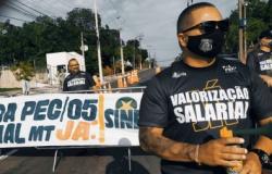 Policiais protestam por valorização e fecham acesso de servidores ao Cetro Político.