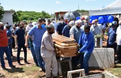 Emoção e homenagens marcam o sepultamento do ex-prefeito Saturnino Masson.