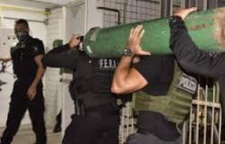 Polícia apreende 33 cilindros de oxigênio escondidos em caminhão em Manaus.