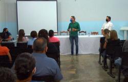 Prefeito de Barra do Bugres, se reúne com alguns membros de seu staff na sede da SMEC.