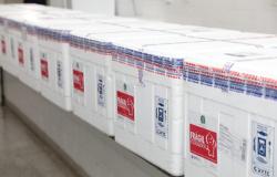Governo de MT começa a distribuir doses de vacina contra Covid-19 aos grupos prioritários nos municípios.