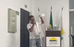 Vereador reclama de salário de R$ 5.900.