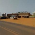 hauahuahauhauhauahhauhauahuahuahauhuCaminhoneiros e Produtores fecham as duas faixas da MT-010 que dá acesso à São José do Rio Claro