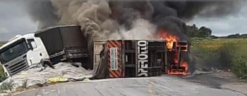 Caminhões pegam fogo após acidente na BR-364 em Diamantino MT