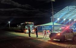 Ônibus que saiu de São José do rio Claro MT é retido em barreira sanitária em Simões no Piauí