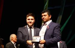 Presidente da Câmara em Nova Maringá, vereador mais jovem do estado recebe homenagem em evento da UCMMAT