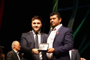 Geraldo Destefani Neto recebendo homenagem em Cuiabá