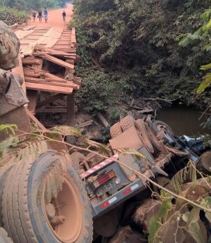 Ponte de madeira quebra e caminhão carregado com toras cai dentro rio em MT