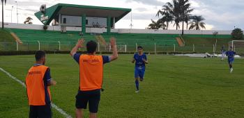 Nalberty em direção ao técnico Rone Dias em comemoração ao terceiro gol