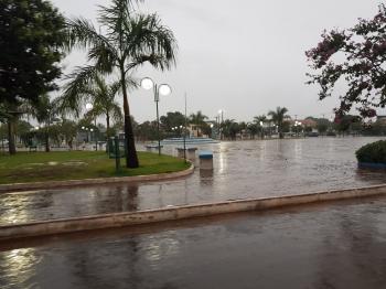 São José amanhece com chuva e tempo escuro, agro em alerta.