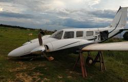 Avião com 3 tripulantes faz pouso forçado  em MT; veja vídeo