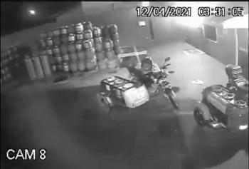 Vídeo: Moto 'fantasma' liga e anda sozinha em distribuidora durante a madrugada