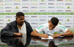 Zagueiro de 17 anos assina primeiro contrato profissional com o Cuiabá