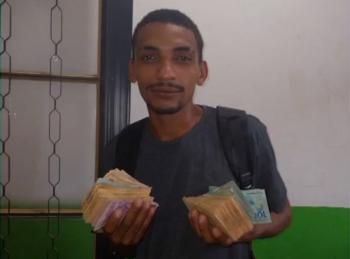 Osvaldo de Souza encontrou o primeiro pacote de dinheiro enquanto triturava papéis do banco — Foto: Divulgação