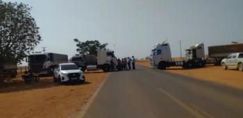 Caminhoneiros e Produtores fecham as duas faixas da MT-010 que dá acesso à São José do Rio Claro
