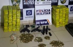 Três homens são presos com 92 tabletes de droga, armas e munições após capotarem carro em MT