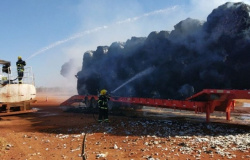 Caminhão pega fogo e 30 toneladas de algodão são queimadas