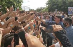 Em alta, Bolsonaro volta ao Nordeste e é recebido por multidão em Mossoró/RN