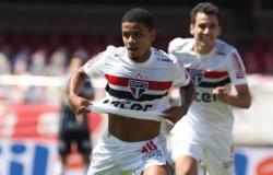São Paulo bate o Corinthians com gol nos acréscimos e embala no Brasileirão
