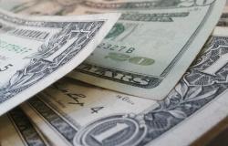 Dólar sobe pela primeira vez em quatro dias, mas cai na semana