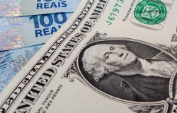 Dólar fecha acima de R$ 5,50 pela primeira vez em um mês