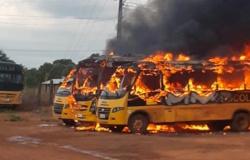 Fogo destrói ônibus escolares no pátio de prefeitura; polícia investiga
