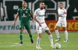 Desfalcado e com um a menos, Palmeiras perde do lanterna Goiás com gol nos acréscimos