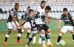 Corinthians vence com gol de Fábio Santos e se afasta do Z4