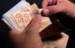 Abono de até R$ 1.045 é pago nesta terça-feira a nascidos em dezembro
