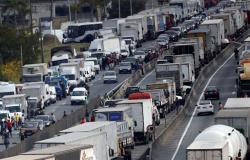 Caminhoneiros realizam protesto contra gestão João Doria