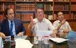 Bolsonaro faz live com desodorante Avanço e lata de leite condensado
