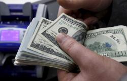 Dólar tem pequena queda e fecha em R$ 5,37