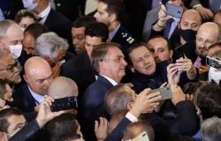 Em evento, prefeitos de todo o Brasil disputam espaço para tirar fotografias com Bolsonaro