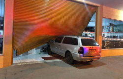 Criminosos usam carro para invadir loja da Martinello e são presos