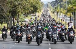 Motociclistas se unem a Bolsonaro em homenagem ao Dia das Mães