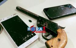Vítima de roubo persegue e imobiliza assaltante armado que acaba preso com adolescente
