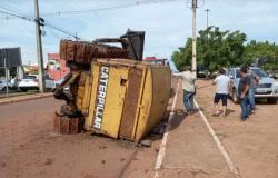 Trator Esteira cai de caminhão na avenida 25 de agosto em Rolim de Moura