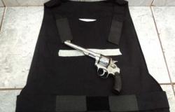 Mulher se passa por secretária de escola e vigilante tem arma e colete roubados