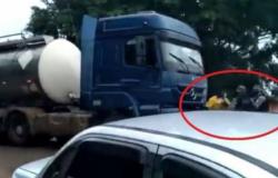 Em Machadinho, produtores de leite protestam após laticínios reduzirem preço do produto e, durante confusão, polícia usa spray de pimenta em manifesta