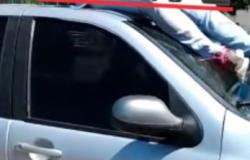 condutora de motoneta vai parar em teto de veículo após colisão