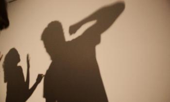 Mulher avança no marido com faca na mão após levar soco no rosto