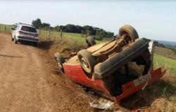 Motorista capota carro em Cerejeiras, é atendido em hospital mas vai responder na justiça por revólver em seu veículo