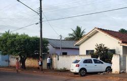 Motorista perde controle do veiculo bate e derruba muro de residência em Arenápolis