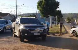 Dois carros se envolvem em acidente na Avenida Castelo Branco